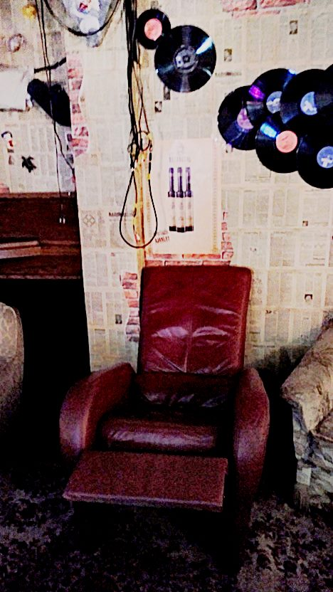 kocsmaturista_bajusz_retro_bar_piros_fotel