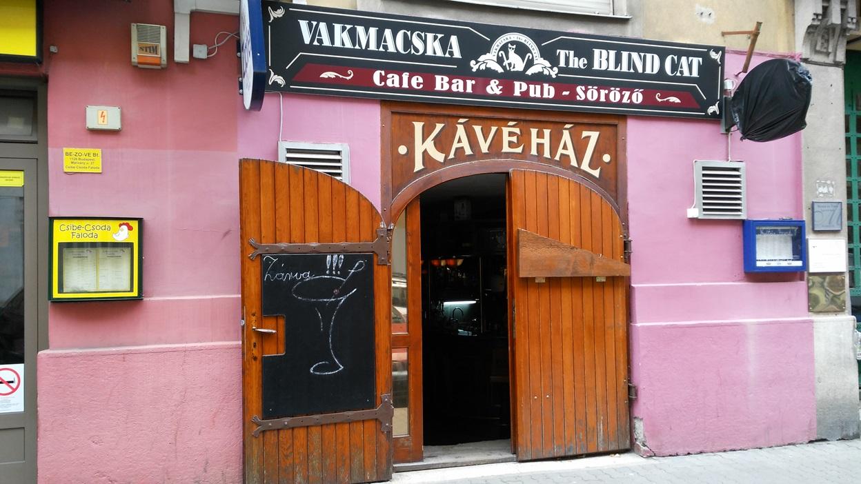 kocsmaturista_vakmacska_bejarat