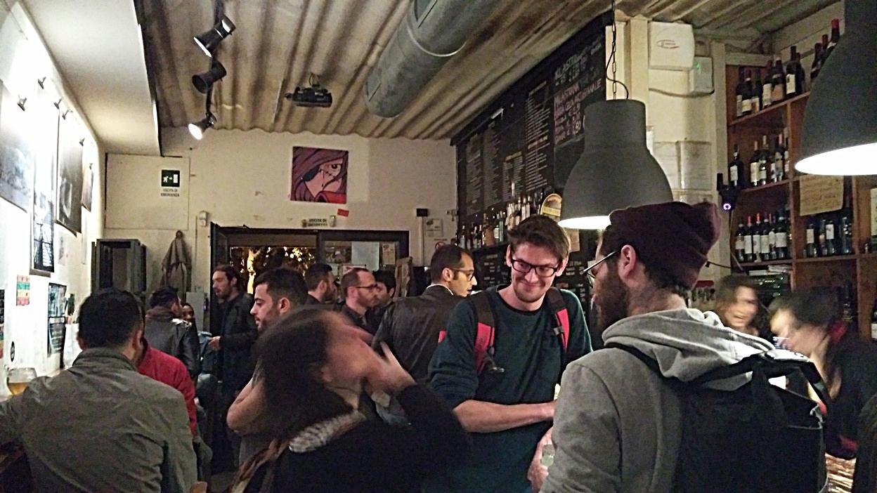 kocsmaturista_bologna_alto_basso_crowd_inside