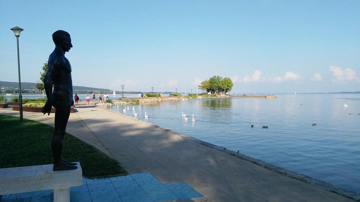 Csík Ferenc úszbajnok szobra Keszthelyen - Kocsmaturista
