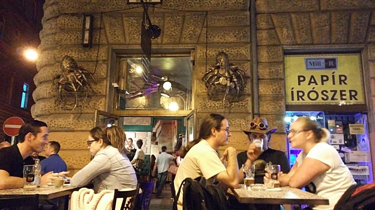 Krákenek a Krak'n Town bejárátanál, Budapest - Kocsmaturista