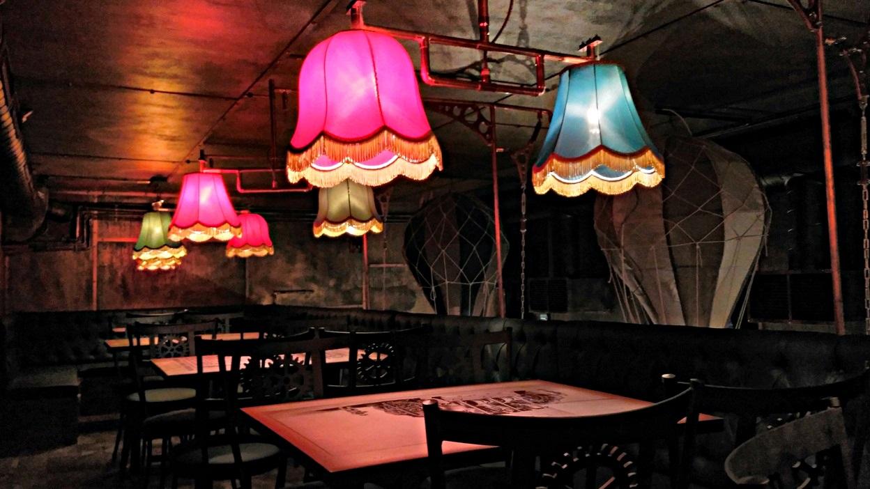 Krak'n Town, Budapest - Mutatós lámpabúrák a galérián - Kocsmaturista