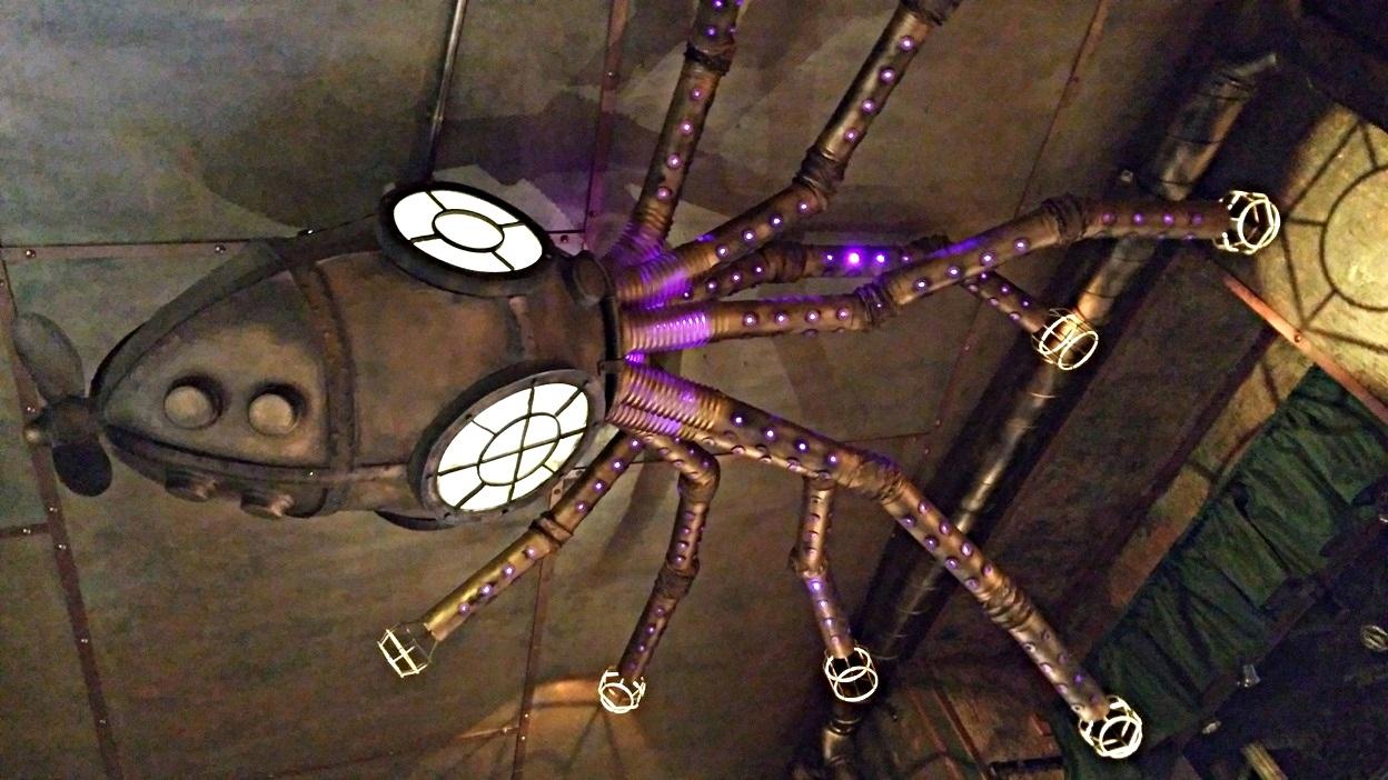 A nagy kráken a Krak'n Town Budapest plafonján