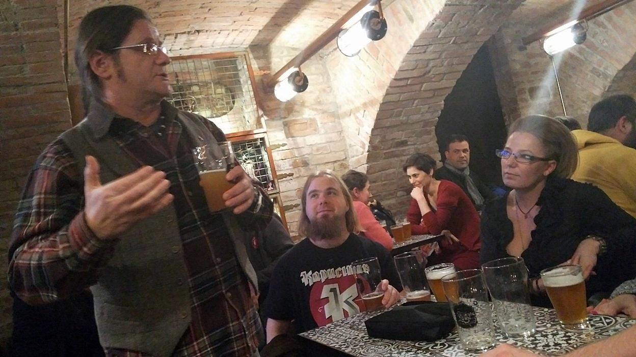 Késmárky Attila bemutatja a Kapucinus Sörfőzde új sörét a Krak'n Townban, a Rock Me Kapucinust.