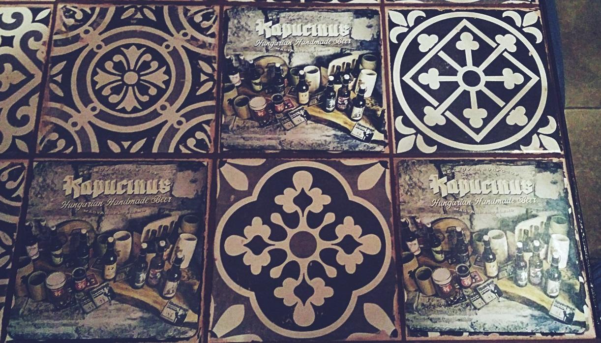 """A Krak""""n Town asztali csempéi a Kapucinus söralátéteivel pepitázva"""