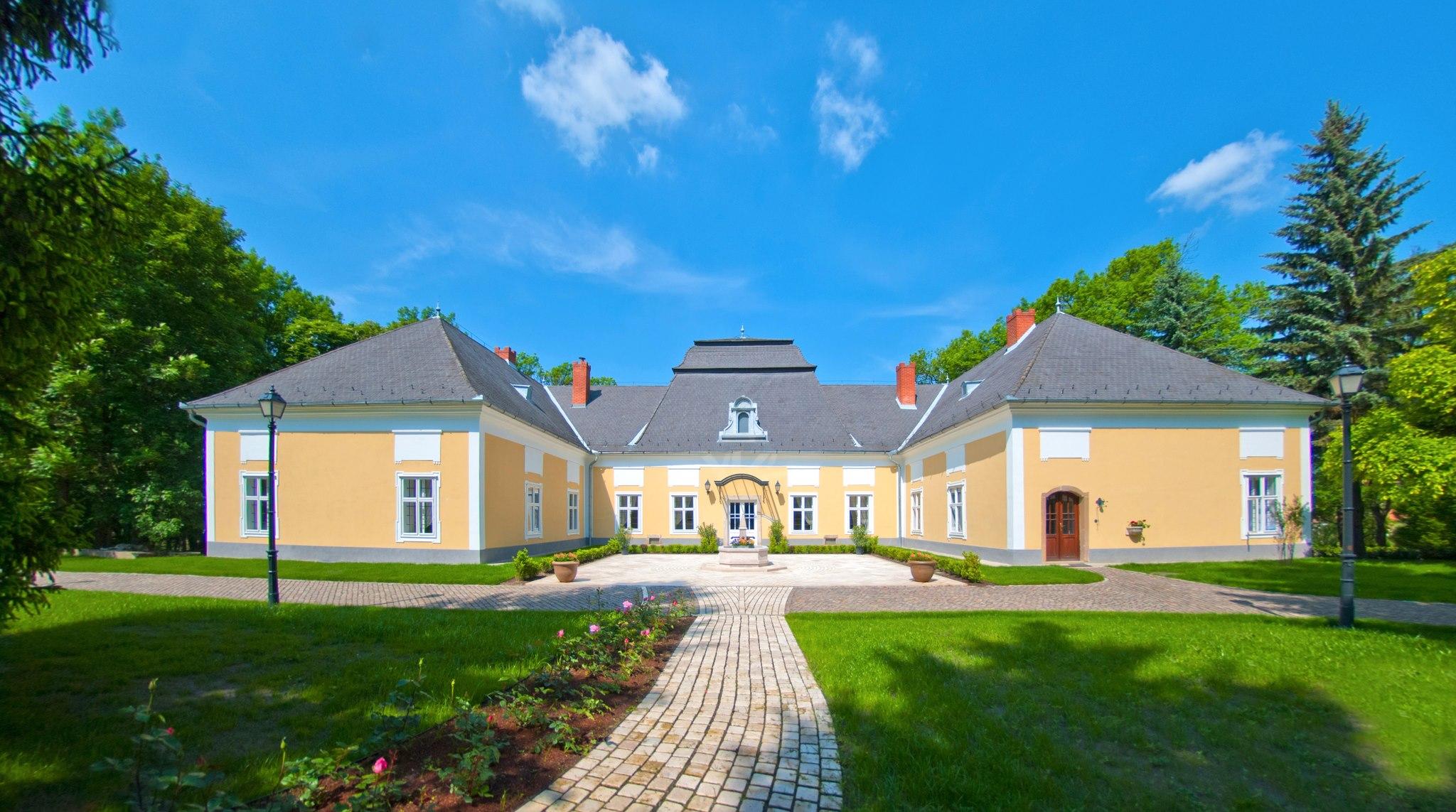 A Prónay kastély nappal és nyáron