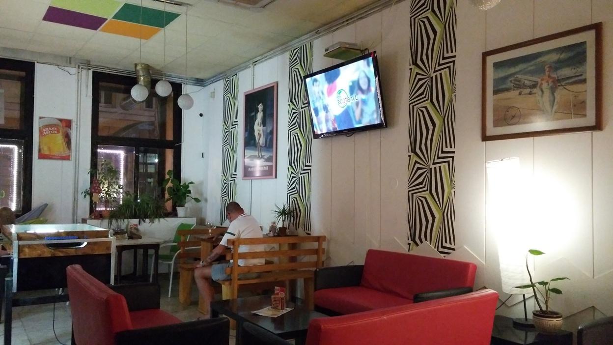 kocsmaturista-greeencaffeandbar-redsofa