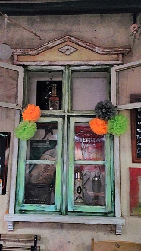 Befelé néző vintage ablak a Megállóban, Budapest - Kocsmaturista