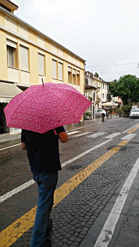 Színes és mintás férfi esernyő Padovában - Kocsmaturista