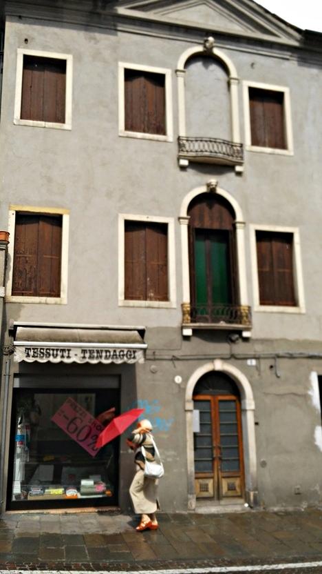 A piros gyakori szín volt az olaszok esernyő divatjában Padovában - Kocsmaturista