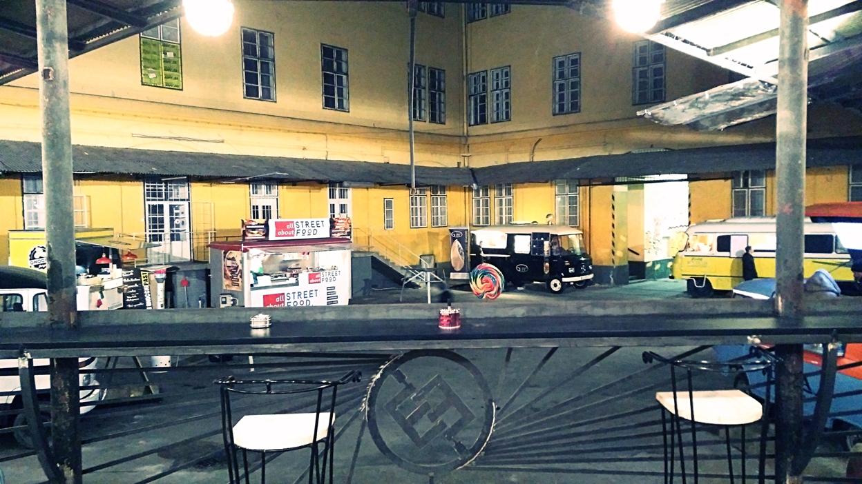 Kocsmaturista - a Food Truck Udvar látképe a gangról