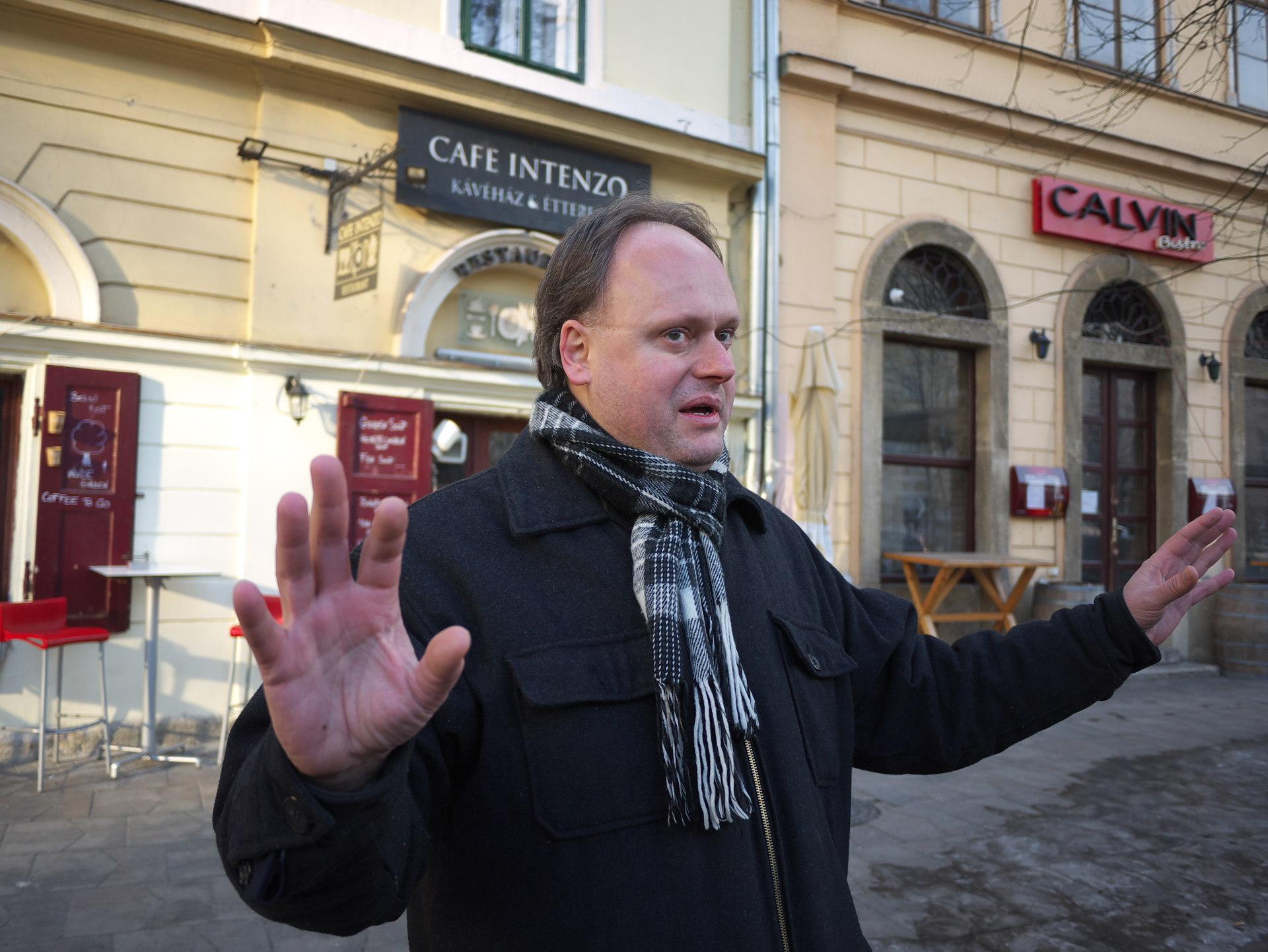 Katona Csaba nagy lendülettel ad elő A pesti sör túrán, a Hosszúlépés szervezésében - Kocsmaturista