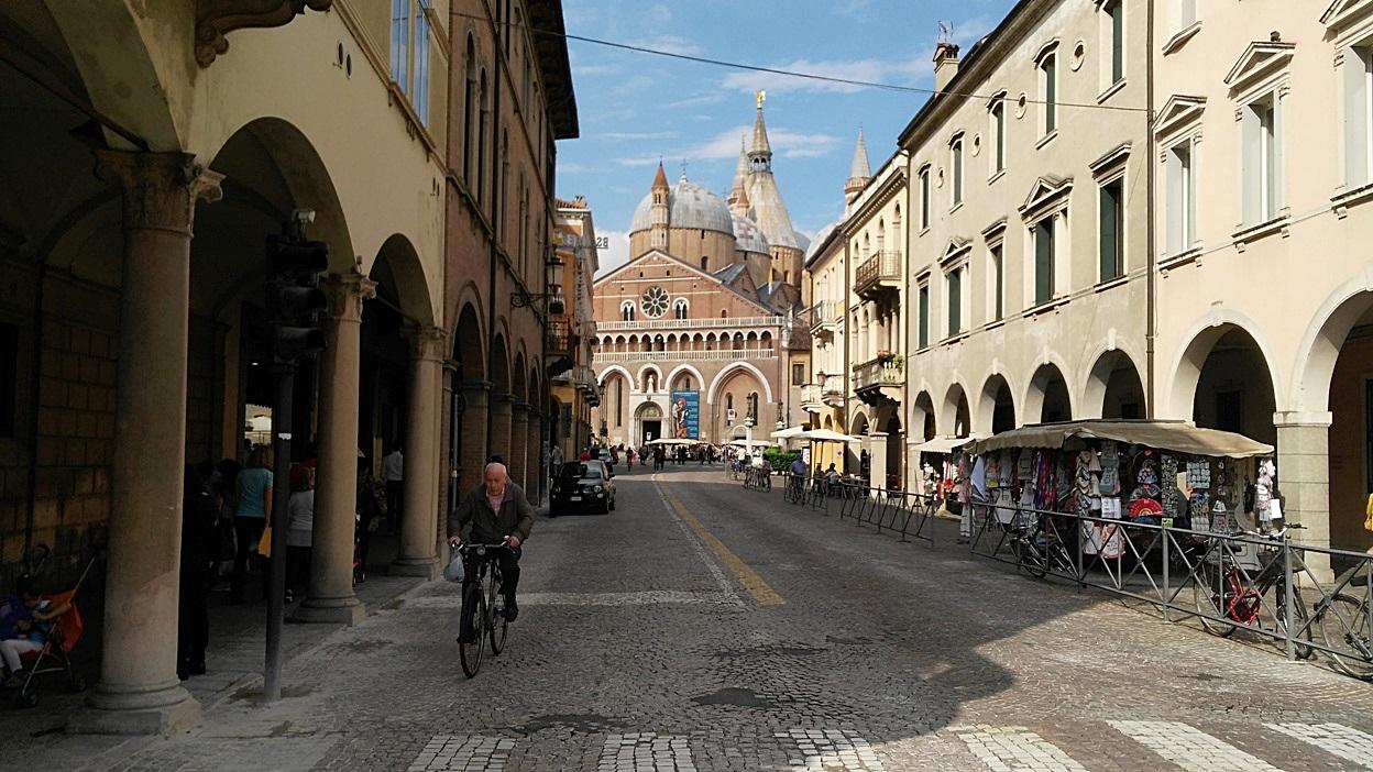 A bazilikára néző utca Padovában - Kocsmaturista