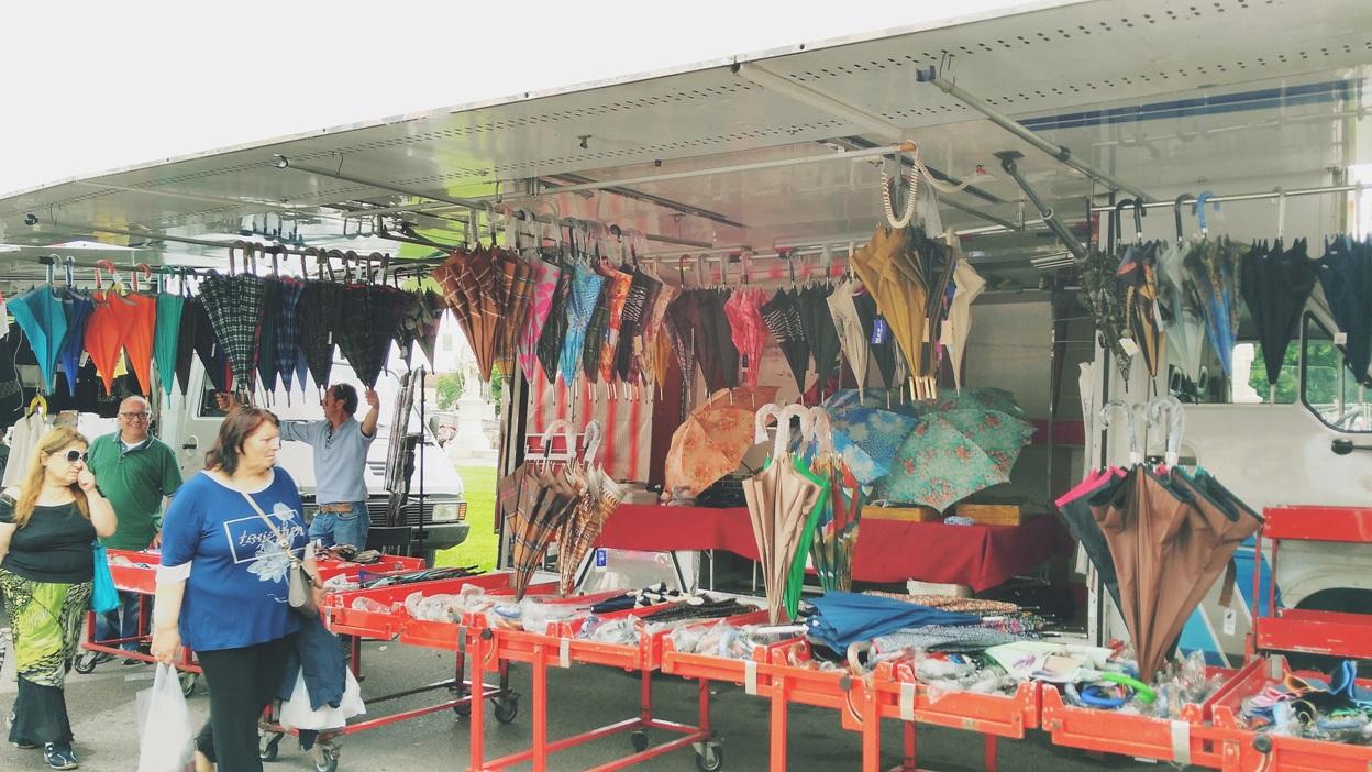 Esőernyőárus stand a padovai piacon