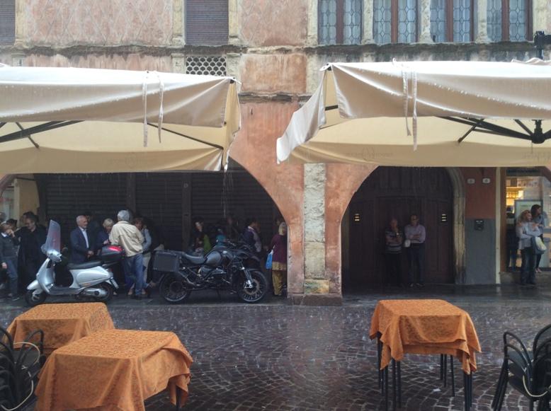 Az olaszok az esőben az árkádok alatt - Kocsmaturista