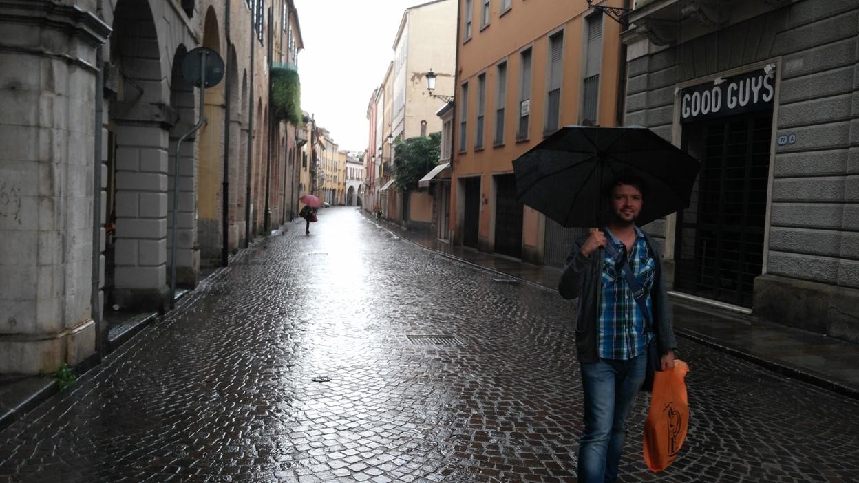 kocsmaturista_padova_főutca_esőben_evakuálva