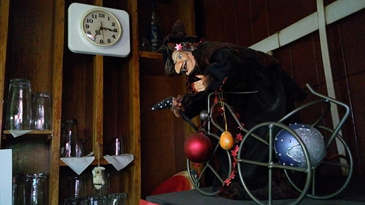A boszorkány vigyáz a helyre az István Pincében Pécsen - Kocsmaturista