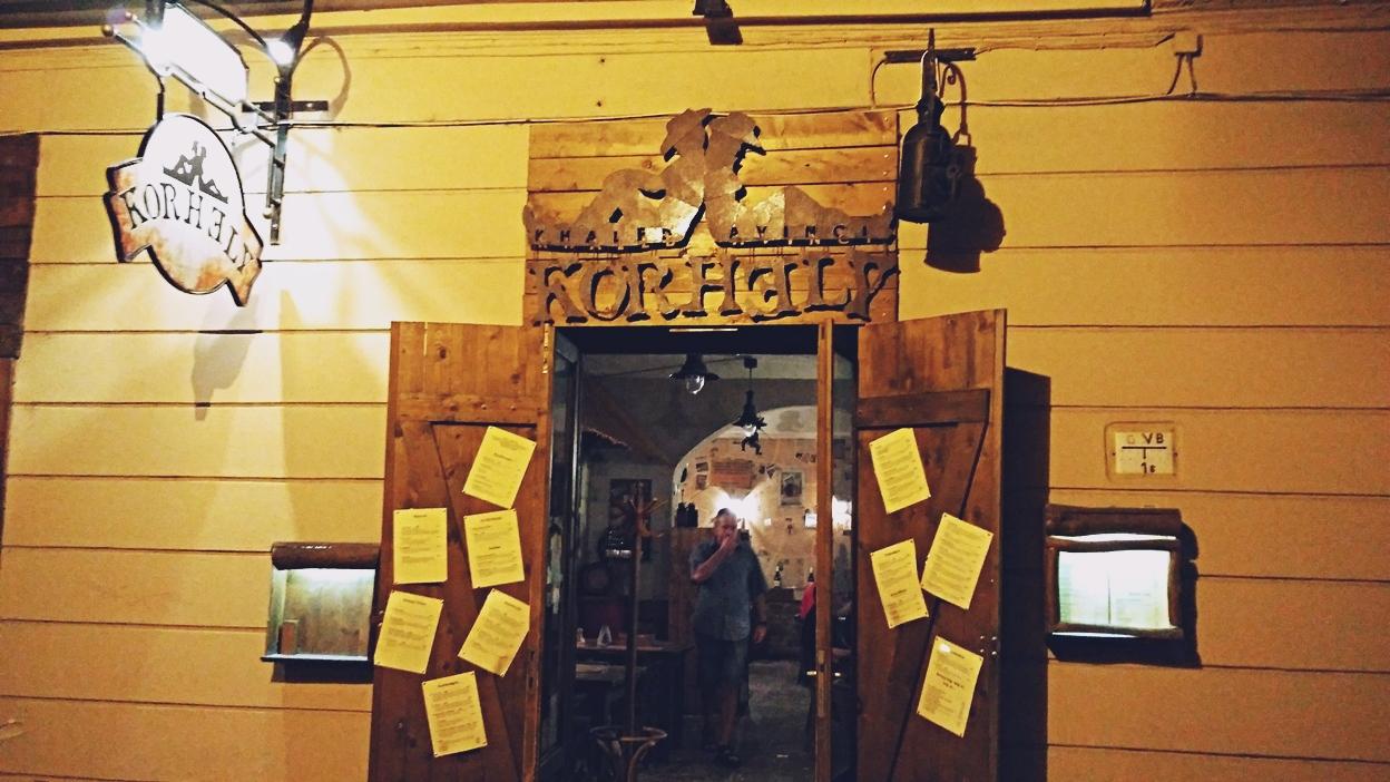 A Korhely bejárata Pécsen - Kocsmaturista