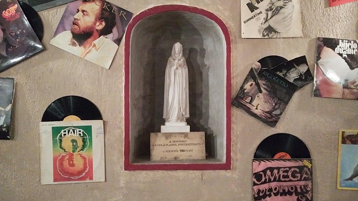 Szűz Mária szobor a falban Mexikóból Pécsen, a Korhelyben - Kocsmaturista