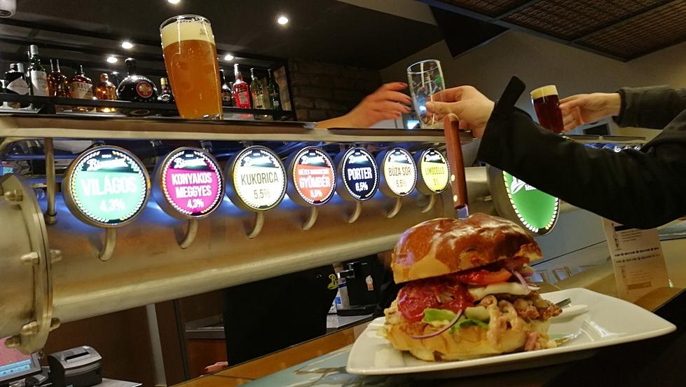 Hamburger és sörcsapok a Rizmajer Sörházban
