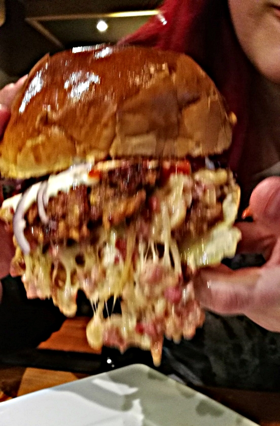 A hamburger-medúza, Rizmajer Sörház - Kocsmaturista