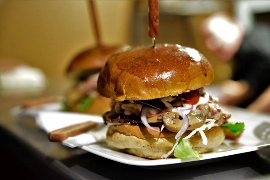 Hamburger a Rizmajer Sörházban - Kocsmaturista