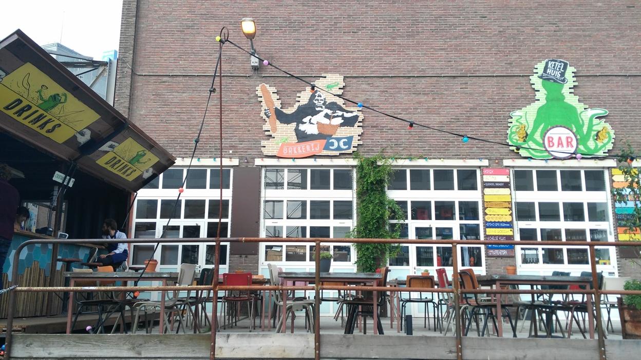Egy kocsmaterasz Strijp-S városrészben Eindhovenben - Kocsmaturista