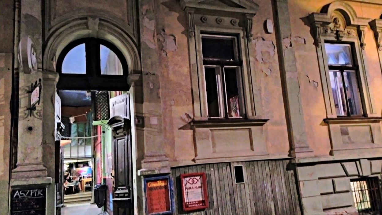 A Csinos bejárata Pécsen - Kocsmaturista