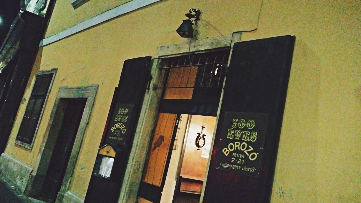A 100 éves borozó bejárata Pécsen, Kocsmaturista