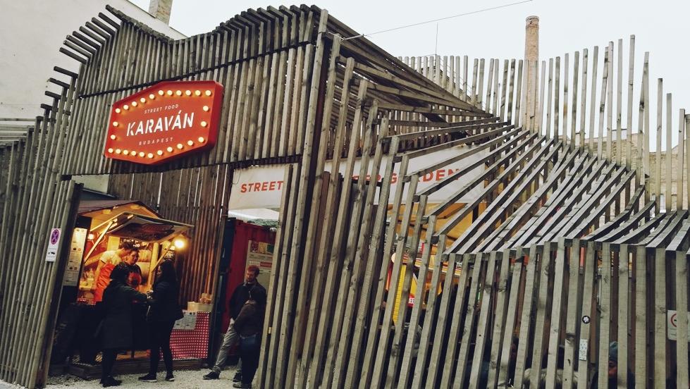 A Karaván Ételudvar Budapesten, a Kazinczy utcában - Kocsmaturista