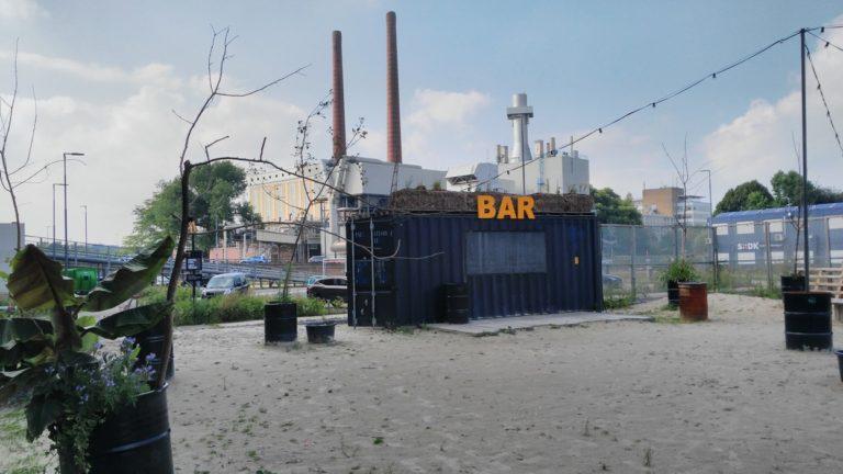 Az épp zárva talált konténer bárja az Onder de Leidingstraat-nak Eindhovenben, Strijp-S városrészen - Kocsmaturista