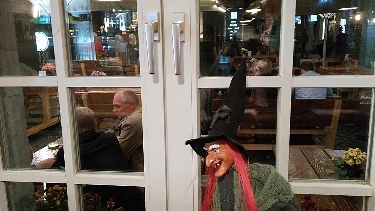 Egy boszorkány a Hexenhof am Apfelbaum étterem mellett Aachenben - Kocsmaturista