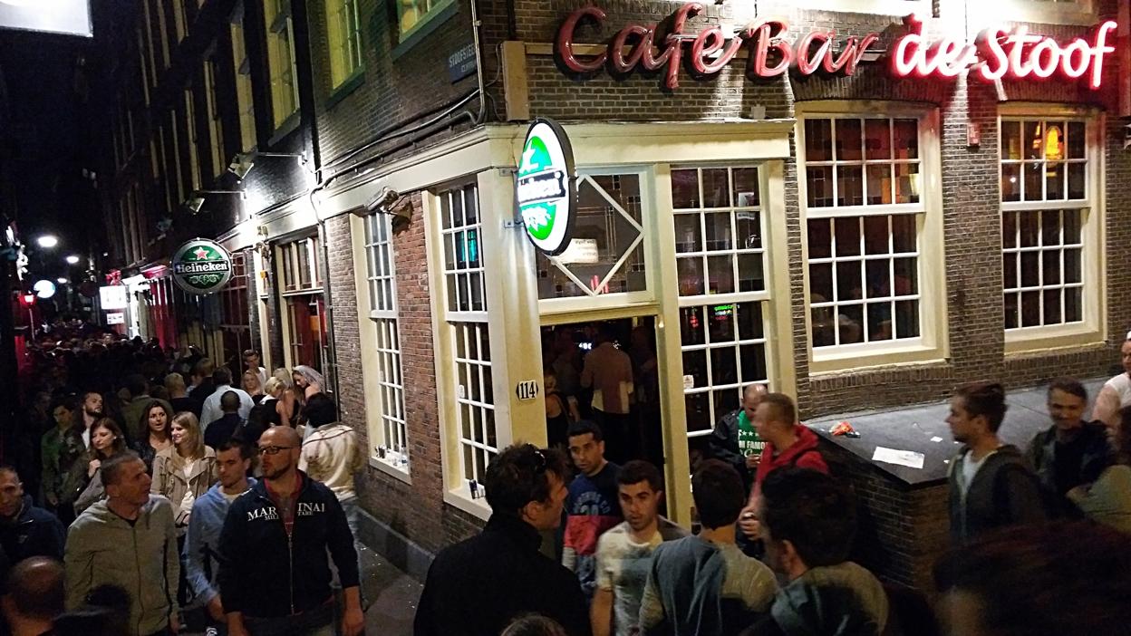 Tömeg a piroslámpás negyedben Amszterdamban - Kocsmaturista