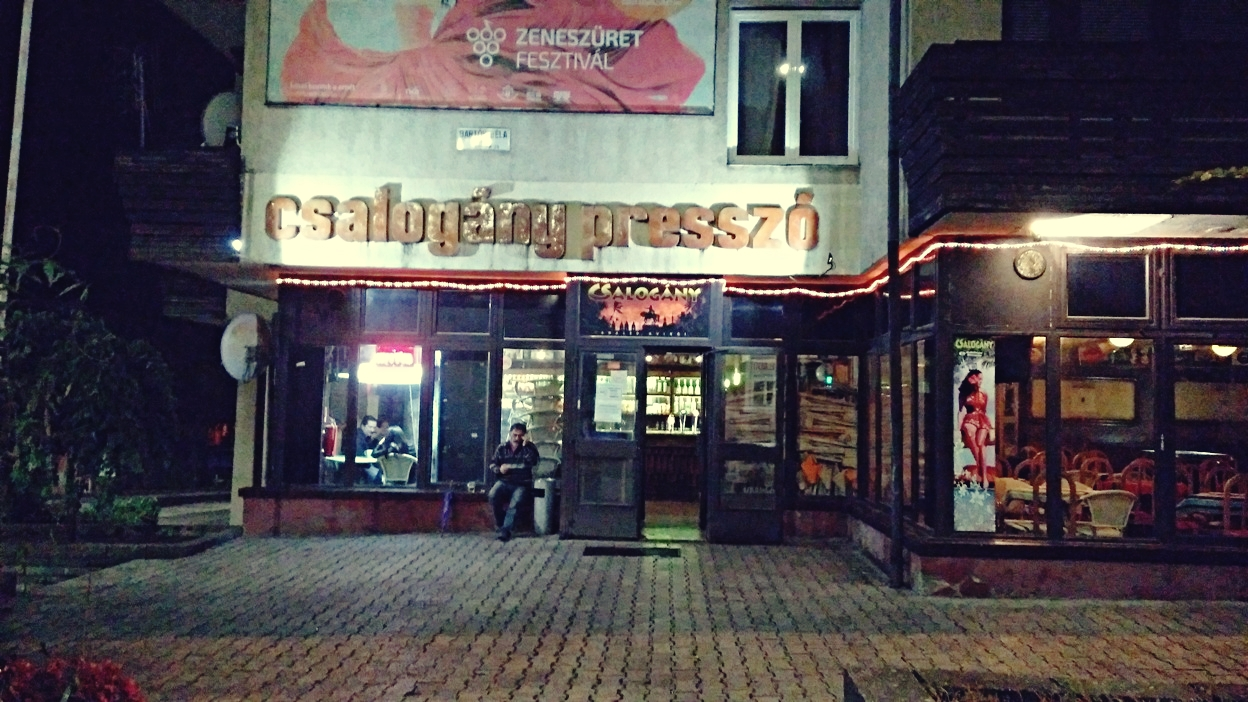 A Csalogány presszó kívülről Pécsen - Kocsmaturista