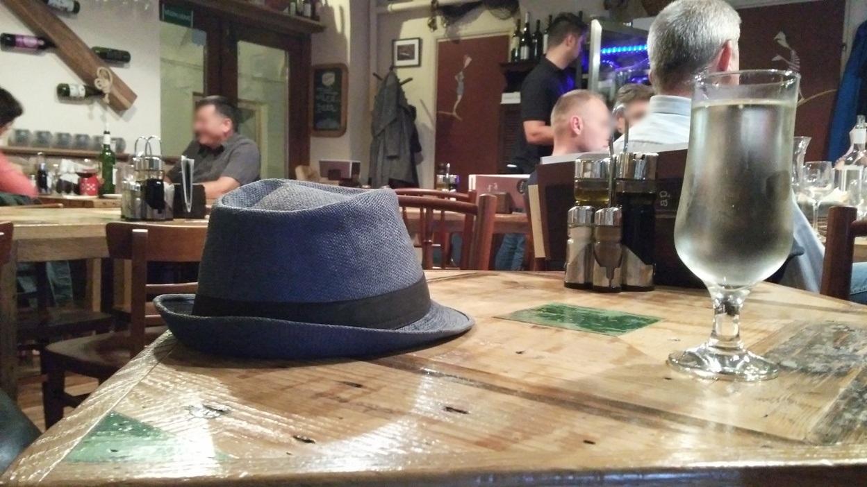 Hosszúlépés kalappal, Blöff bisztró, Pécs - Kocsmaturista