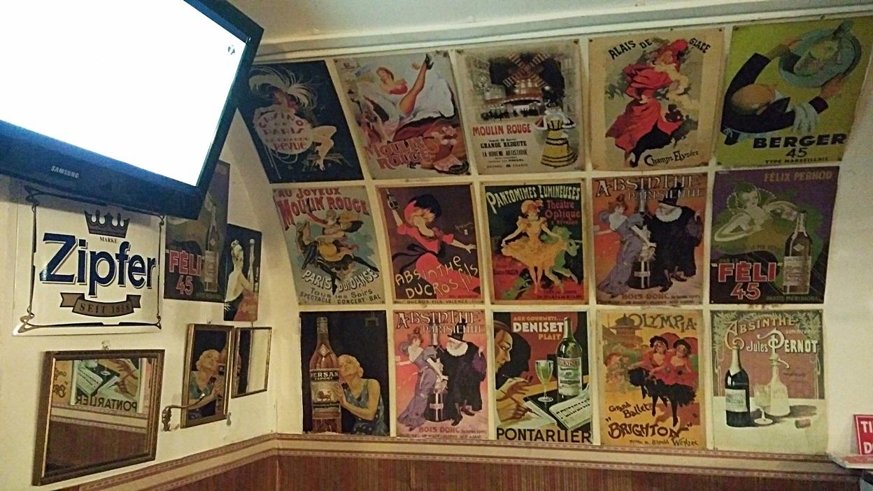 Francia retróplakátok a Monte Cristo falán, Pécsen - Kocsmaturista