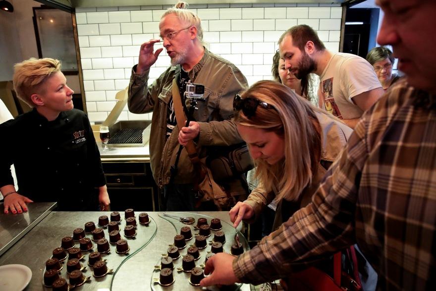 Mangóval töltött keserűcsokikrémes desszert Segal Viktor konyhájában - Kocsmaturista
