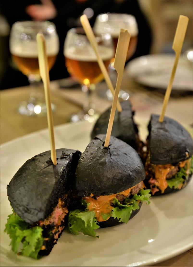 Fekete hamburger a Hunyadi Gasztroműhelyben - Kocsmaturista