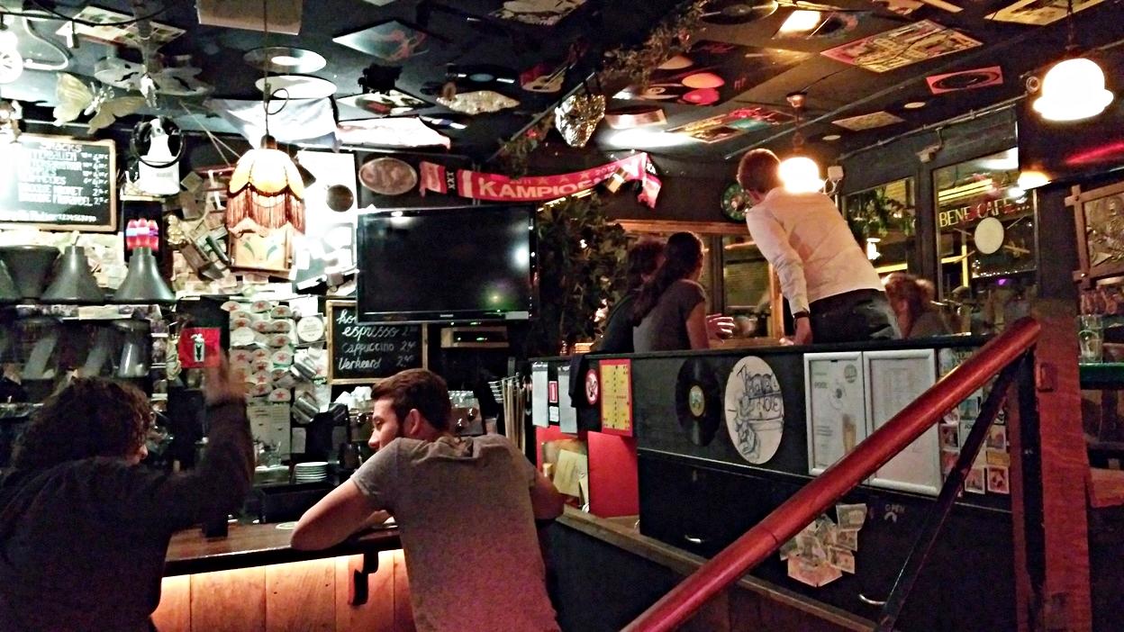 A bár és az egyik galériakuckó a Pool Barban, Amszterdamban - Kocsmaturista