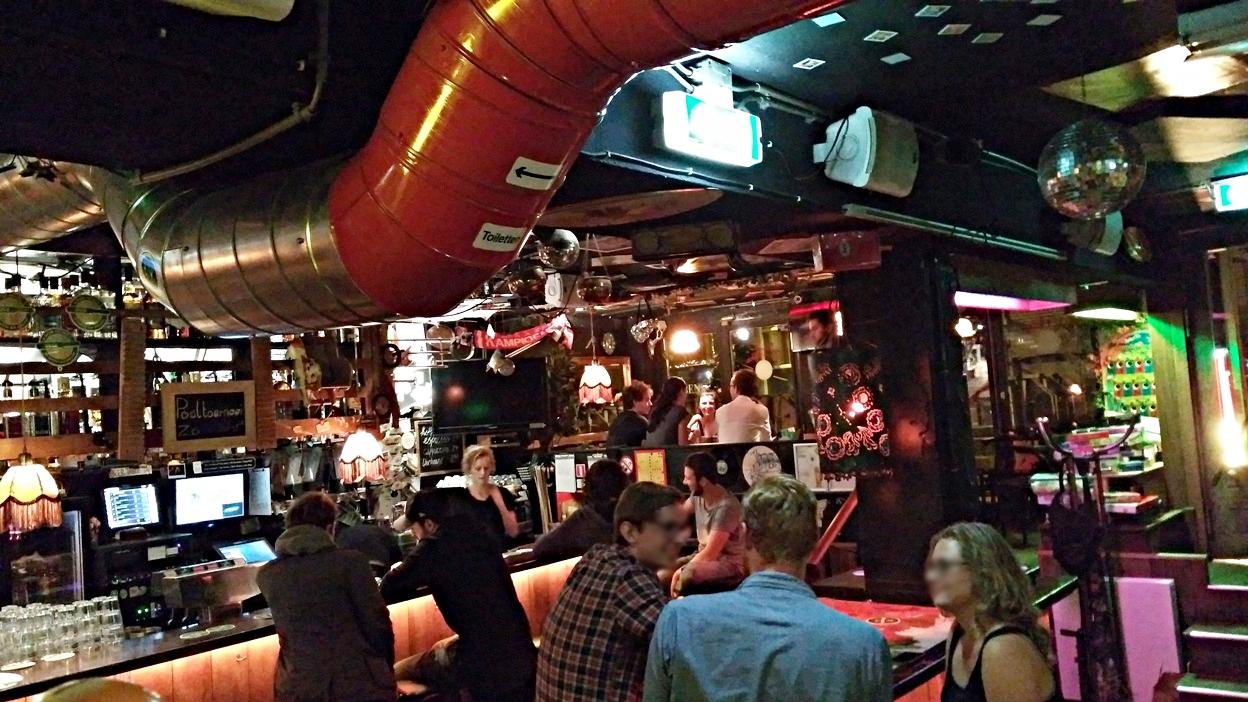 Az amszterdami Pool Barban a szellőztető rendszer csövei - Kocsmaturista