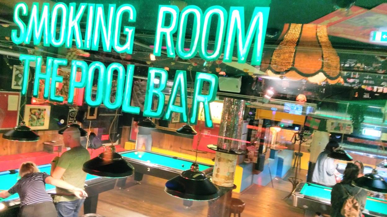 A dohányzó terem az amszterdami pool barban - Kocsmaturista