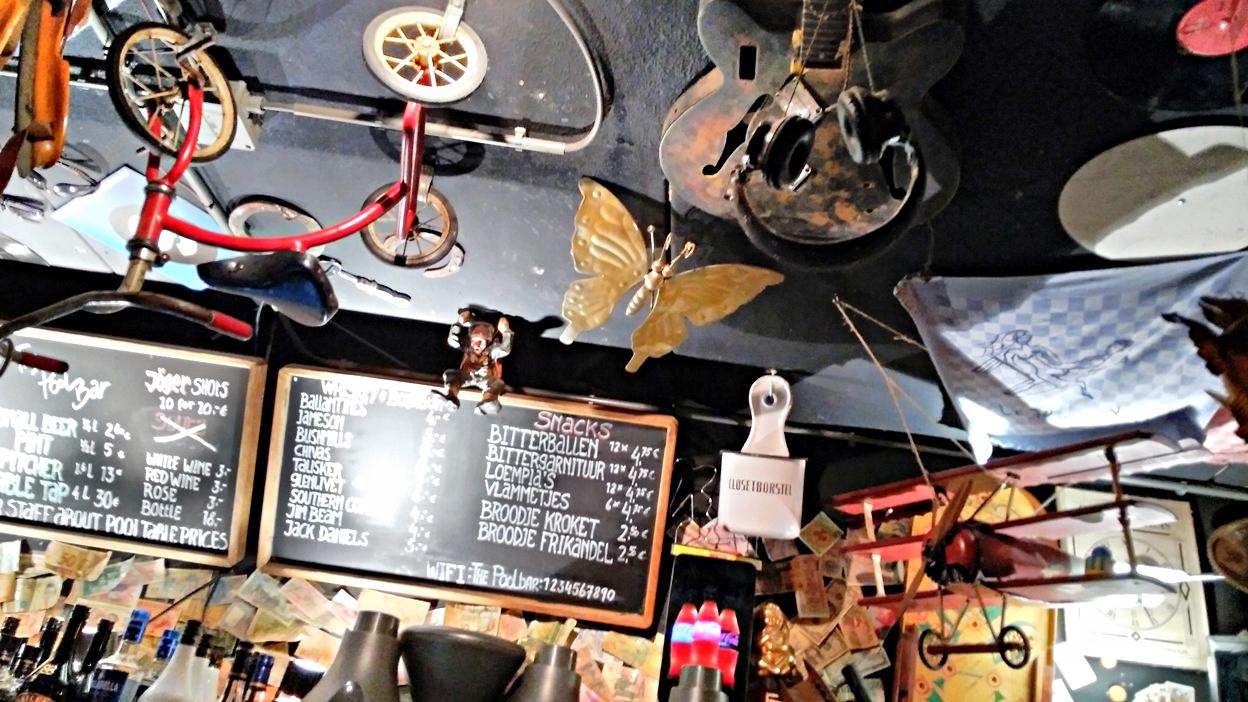 A Pool Barban, Amszterdamban ilyen a plafonról lógó csendélet - Kocsmaturista