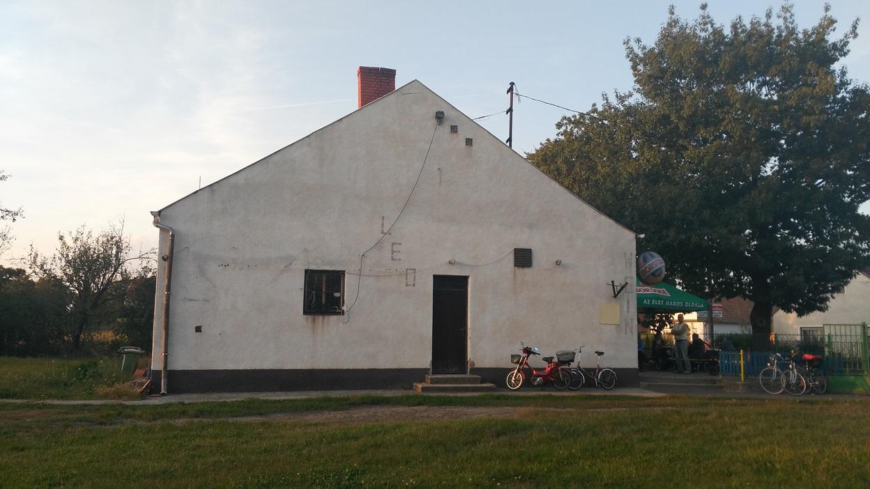 Az egyházashetyei kocsma az udvarából, oldalról - Kocsmaturista