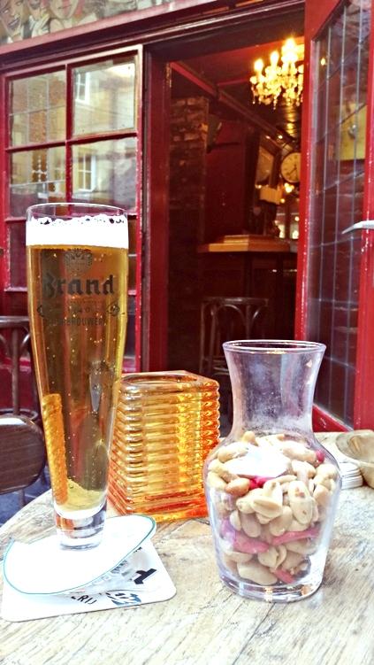 Rágcsamix és Brand sör a Café in de Krakolban - Kocsmaturista