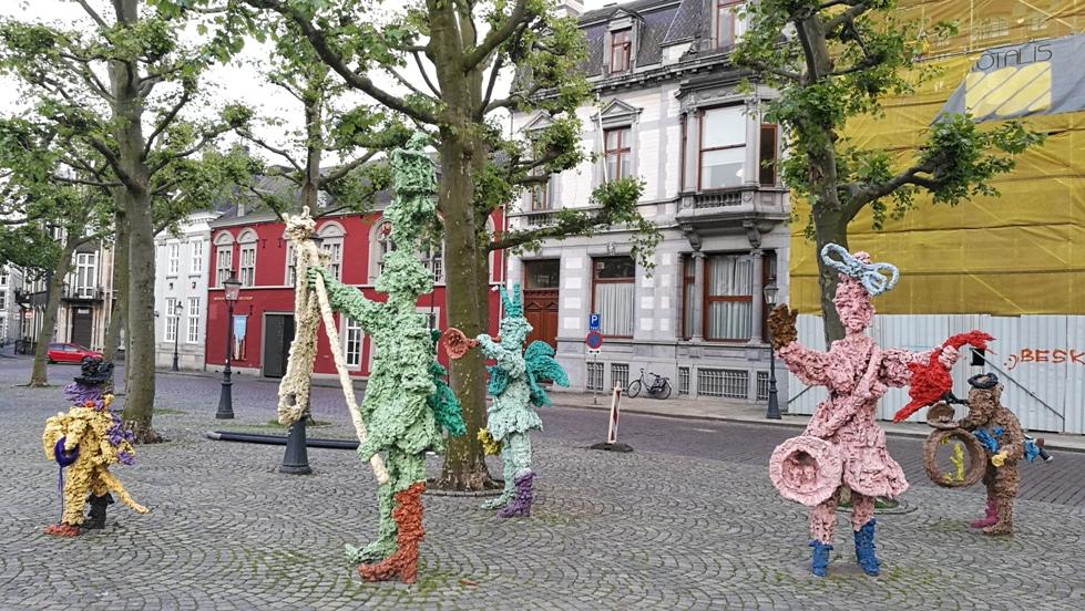 Maastricht Vrjithof főterén karneváli zenekar figurái - Kocsmaturista