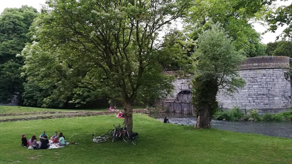 Piknikező egyetemisták Maastrichtban, Hollandiában - Kocsmaturista