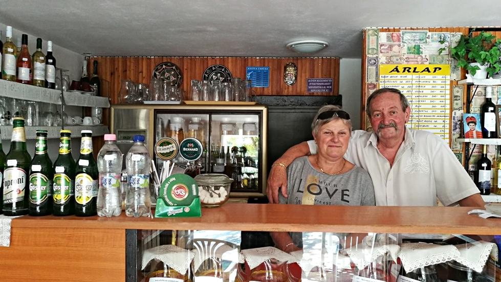 Az egyik legjobb tihanyi kocsmában, Pista bácsi és felesége - Kocsmaturista