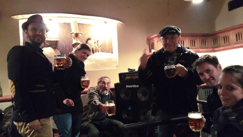 Külsős csapat egy zártkörű szülinapi bulin, Prágában, a U Vystřelenýho oka (A KILŐTT SZEMHEZ) nevű kocsmában az első, de nem utolsó körrel