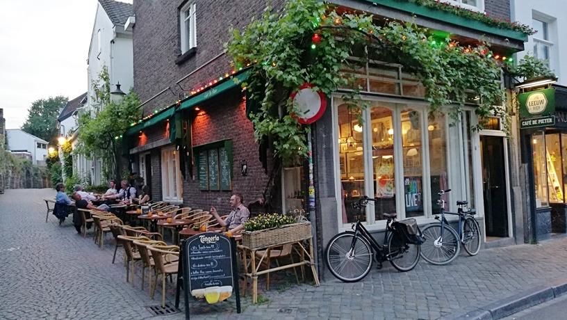 A maastrichti kocsma, Café De Pieter kívülről - Kocsmaturista