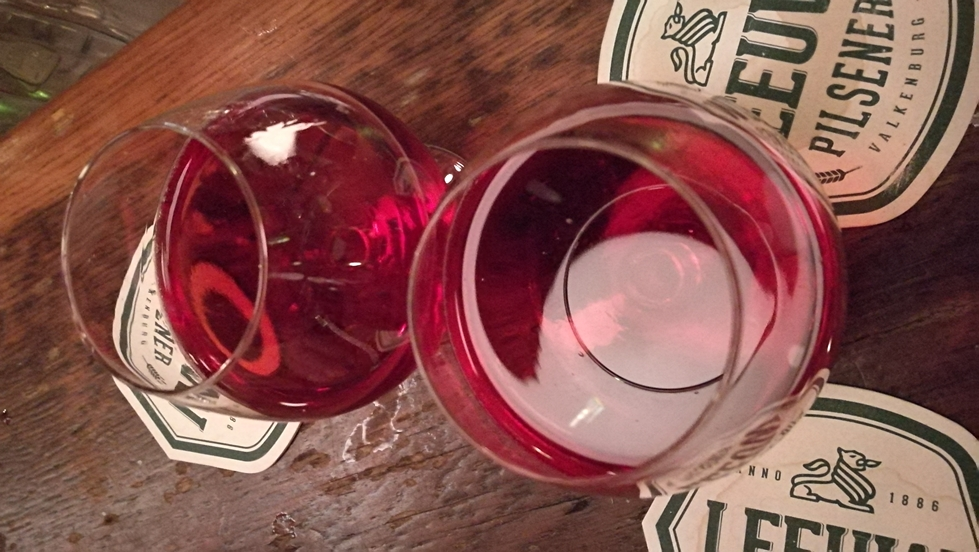 Amaretto és Cassis Black Currant liklőr keveréke maastrichti kocsmában, Café de Pieterben - Kocsmaturista
